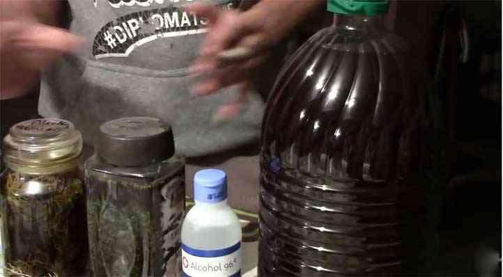 Ingredientes para el alcohol de marihuana y romero